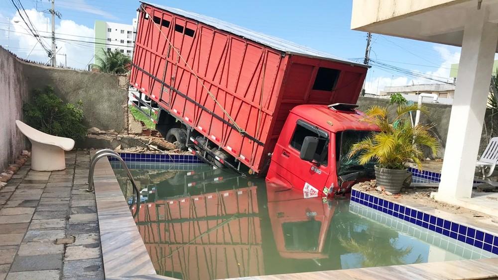 [Vídeo] Caminhão transportando jumento cai dentro de piscina após invadir casa, na capital paraibana