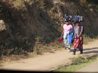 Mujeres llevando la carga en la cabeza