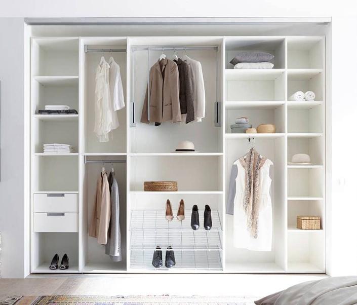 Desain lemari minimalis modern dengan konsep terbuka pilihan tepat untuk ruangan kecil