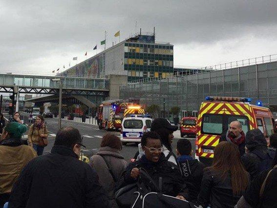 إخلاء #مطار_أورلي في #باريس بعد محاولة لتنفيذ هجوم إرهابي. #فرنسا