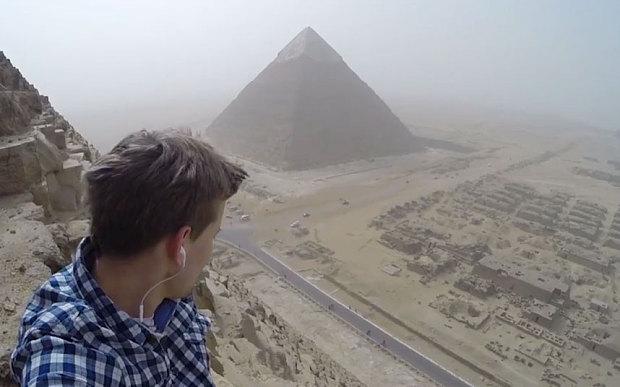 turista escala piramides do egito