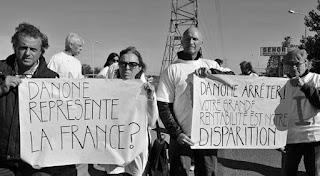 Apostados en la ruta 226, tamberos la Cuenca Mar y Sierras, Tandil, protestaron contra la empresa de lácteos Danone por la baja de los precios realizada en las compras de este año.