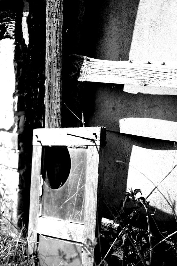 Blog + Fotografie by it's me! | fim.works | SchwarzWeissBlick No 16 | verlassenes Gehöft | Lost Place | Fensterrahmen mit kaputter Scheibe