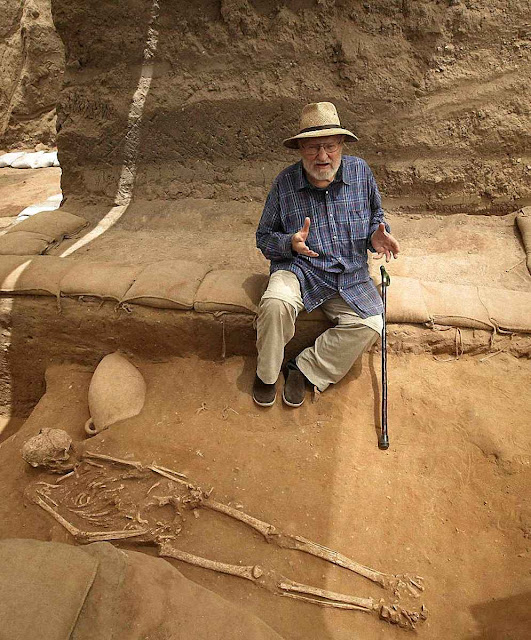 No cemitério filisteu de Ascalon, o arqueólogo chefe explica a importância do achado.