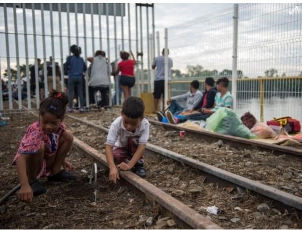 Exigen a México proteger a niños de la caravana migrante