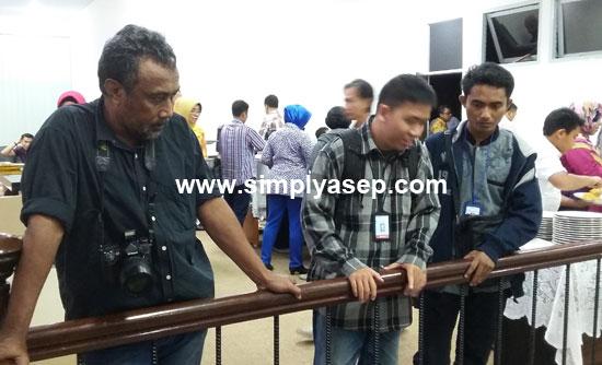 TEMAN : Dua anak muda ganteng di sebelah kanan adalah Imam dan  Sukardi, dua orang wartawan senior T3.   Foto Asep Haryono