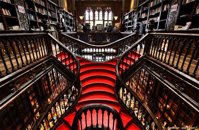 Interior de la librería Lello de Oporto en el que se puede apreciar claramente que sirvió de inspiración a J.K Rowling pues es puro Harry Potter.