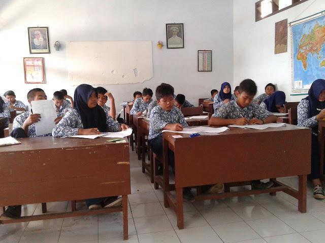 Siswa SMP Muhammadiyah 1 Jember dalam kegiatan belajar mengajar
