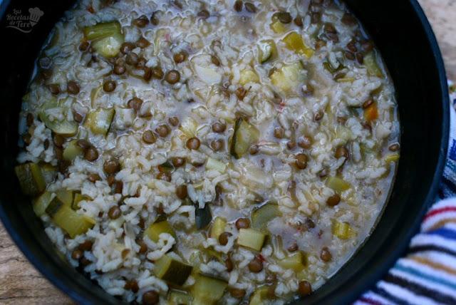 Menestra de arroz, calabacines y lentejas, receta casera y tradicional