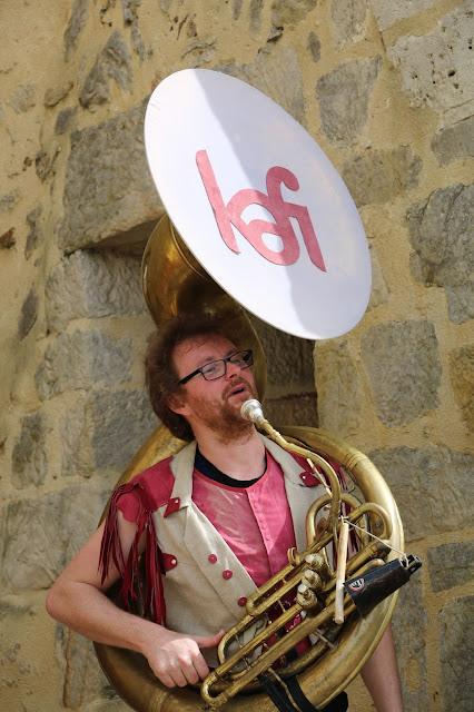 Yvonnick fleury au soubassophone avec le groupe de musique KAFI