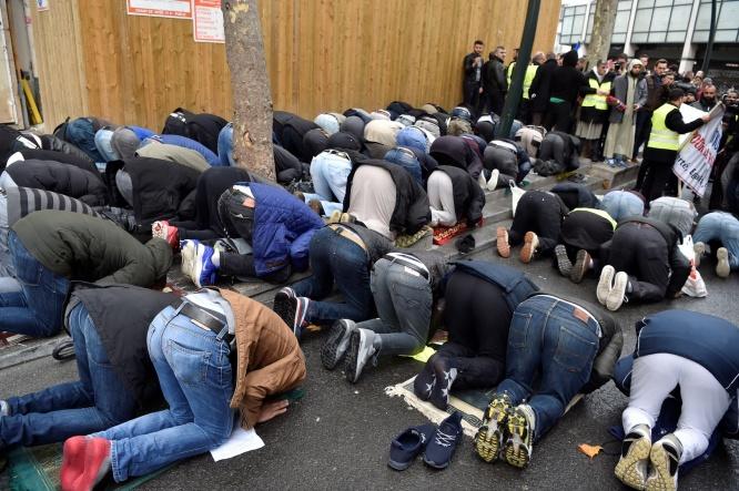 Quelque 200 fidèles musulmans organisant une prière de rue à Clichy, le vendredi 10 novembre