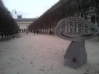Allées du jardin, avec sculpture, et parfois parties de pétanques.  Comédie Française palais Royal.