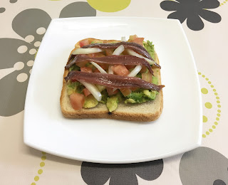 Tosta de anchoas con aguacate y tomate