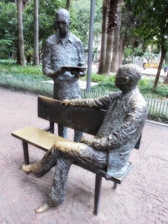 Escultura do artista gaúcho Xico Stocklinger representa Mário Quintana e Carlos Drummond de Andrade. Praça da Alfândega, em Porto Alegre.