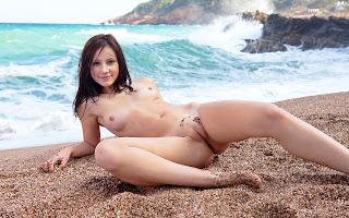 Обнаженная, девушка, грудь, тело, мокрая, лежит, песок, пляж, море, волны