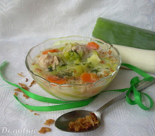 Zupa porowa z pulpecikami i prażoną cebulką