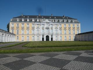 Das gelb-weiße Schloss Augustusburg mit seinen unzähligen Fenstern