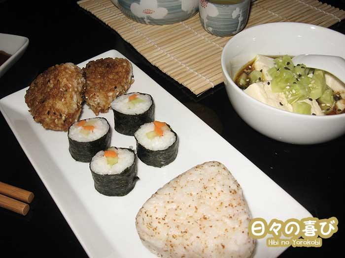 Repas japonais avec onigiri, kappa maki et hiyayakko