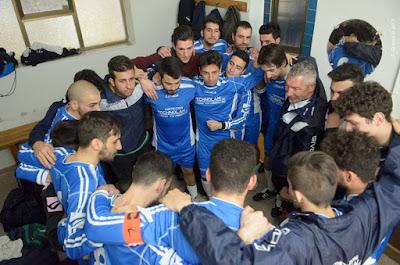 Un momento dello spogliatoio del Caronia Calcio, tradizionalmente luogo privilegiato di aggregazione e crescita umana e sociale