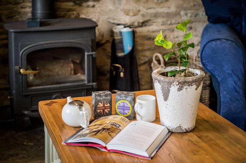 tetera, tarros de té y planta de te