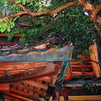 日本家屋の玄関屋根の銅雨樋の隅部分の雨樋の納まり