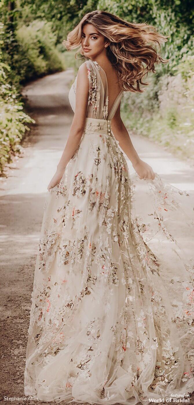 https://2.bp.blogspot.com/-ElEgJlBHRas/XHKXFfDW_dI/AAAAAAAAEkw/1Vh-GqGTaUoG4M5MSK0Pl-lfwdRdcb75ACLcBGAs/s1600/Stephanie-Allin-2019-stunning-statement-wedding-dress-with-boho-glamour-6.jpg