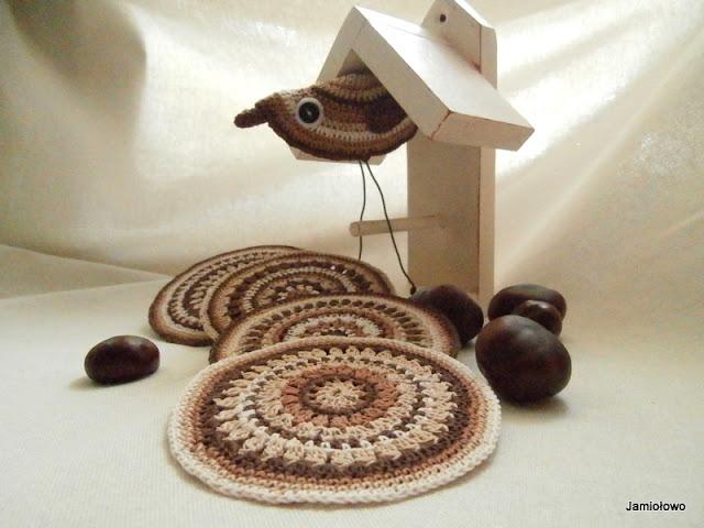 ptaszek zrobiony na szydełku wg wzoru na mandale
