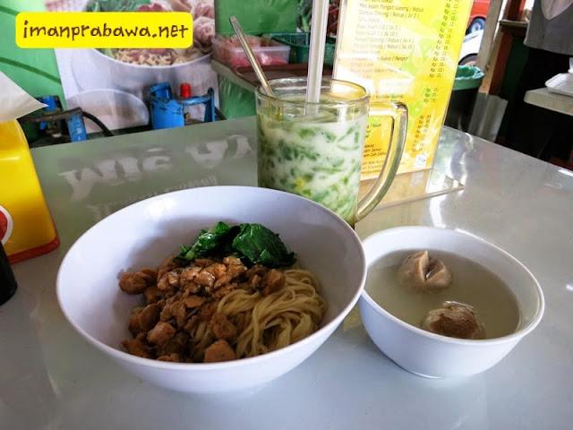 Makan Mie Ayam 561
