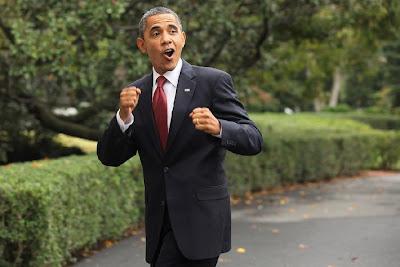 Obama dengan semangat mengepalkan tangan dan tertawa