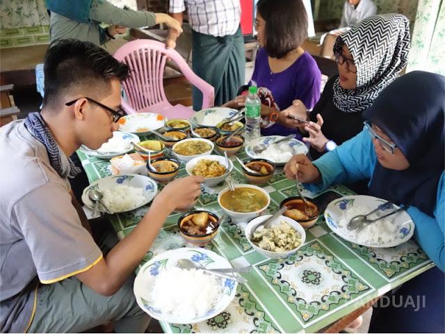 Makan Siang di Warung