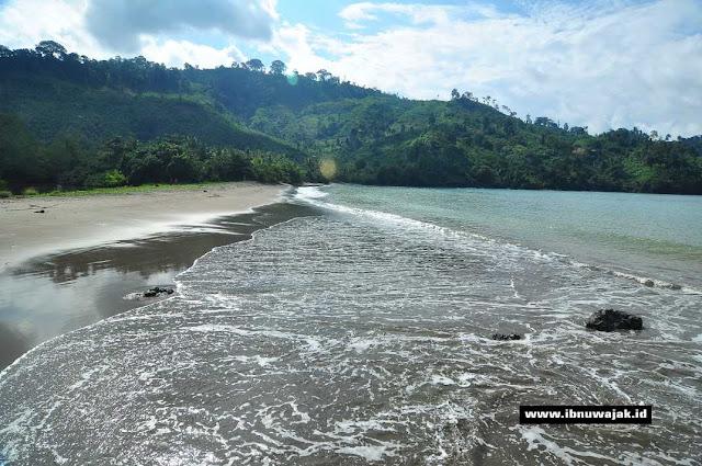 keindahan pantai nglarap
