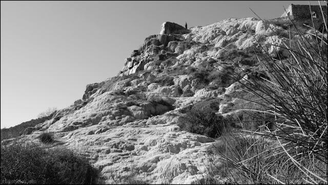 Fotografia panoramica in bianco e nero del Parco dei Mulini a Bagno Vignoni