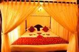 Dekorasi kamar pengantin warna hangat