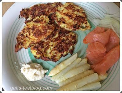 Kartoffelpuffer mit Lachs und Spargel in Senfdressing