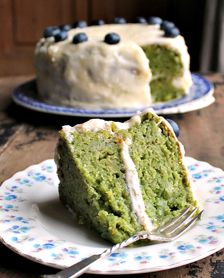 Celebrate St. Patrick's Day without fear with these dye-free and naturally green delicious cakes! Perfect desserts to welcome Spring, too! | manilaspoon.com