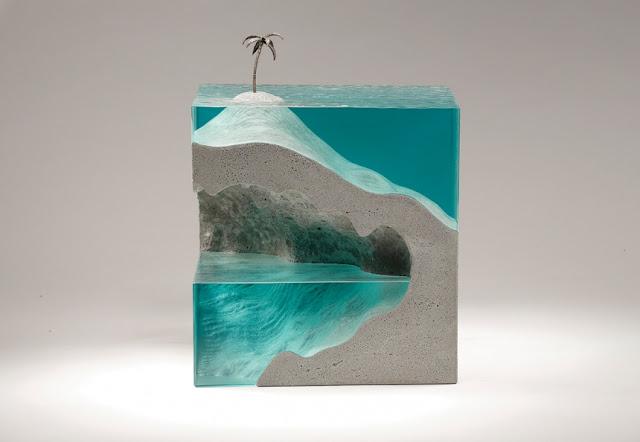Esculturas de vidrio en capas que asimilan perfectamente el océano