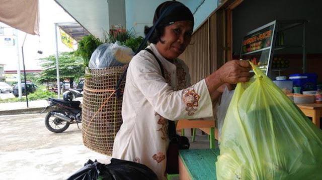 Meski Barang Bawaannya Sangat Berat, Penjual Sayur Ini Rela Tempuh Jarak Belasan Kilometer Demi Keluarga
