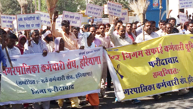 Cleanliness workers in Faridabad showcasing their demands