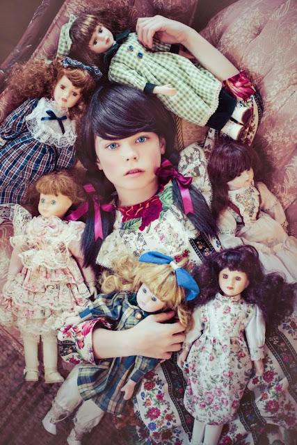 Niña y muñecas