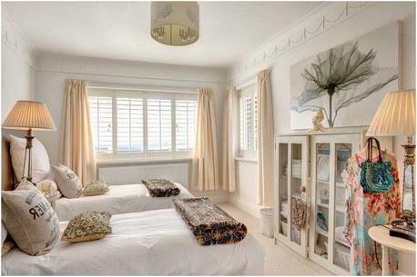 Kleine-schäbig-chic-Stil-Gästezimmer-Idee-mit-Bücherschrank-und-Creme-Vorhänge-im-Schlafzimmer