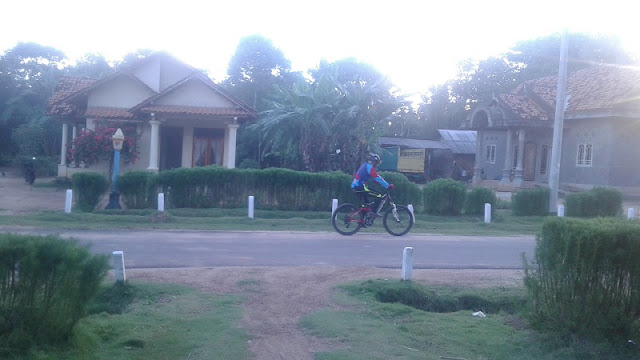pembalap sepeda masuk kampung