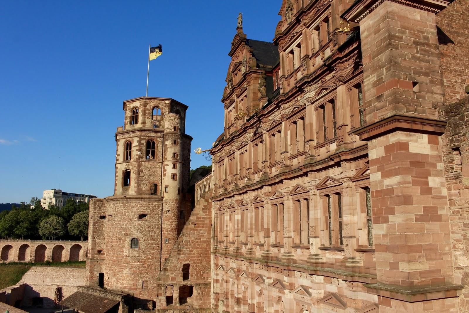 Der Diener zweier Herren von Goldoni bei den Heidelberger Schlossfestspielen: Blick auf die Schlossfassade vom Englischen Bau aus; Foto: Yushka Brand
