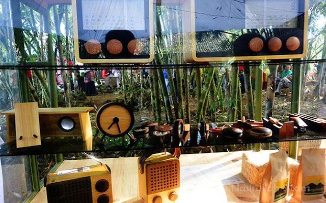Berbagai barang elektronik berbahan dasar kayu