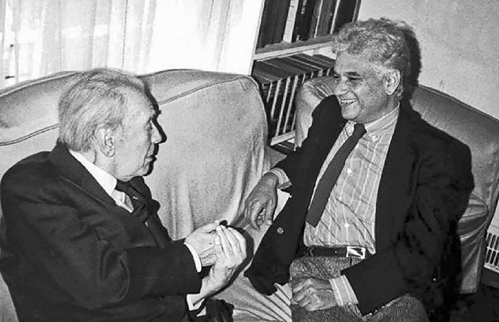 Foto de Jacques Derrida sentado en un sillón junto a Jorge Luis Borges en su departamento de la calle Maipú