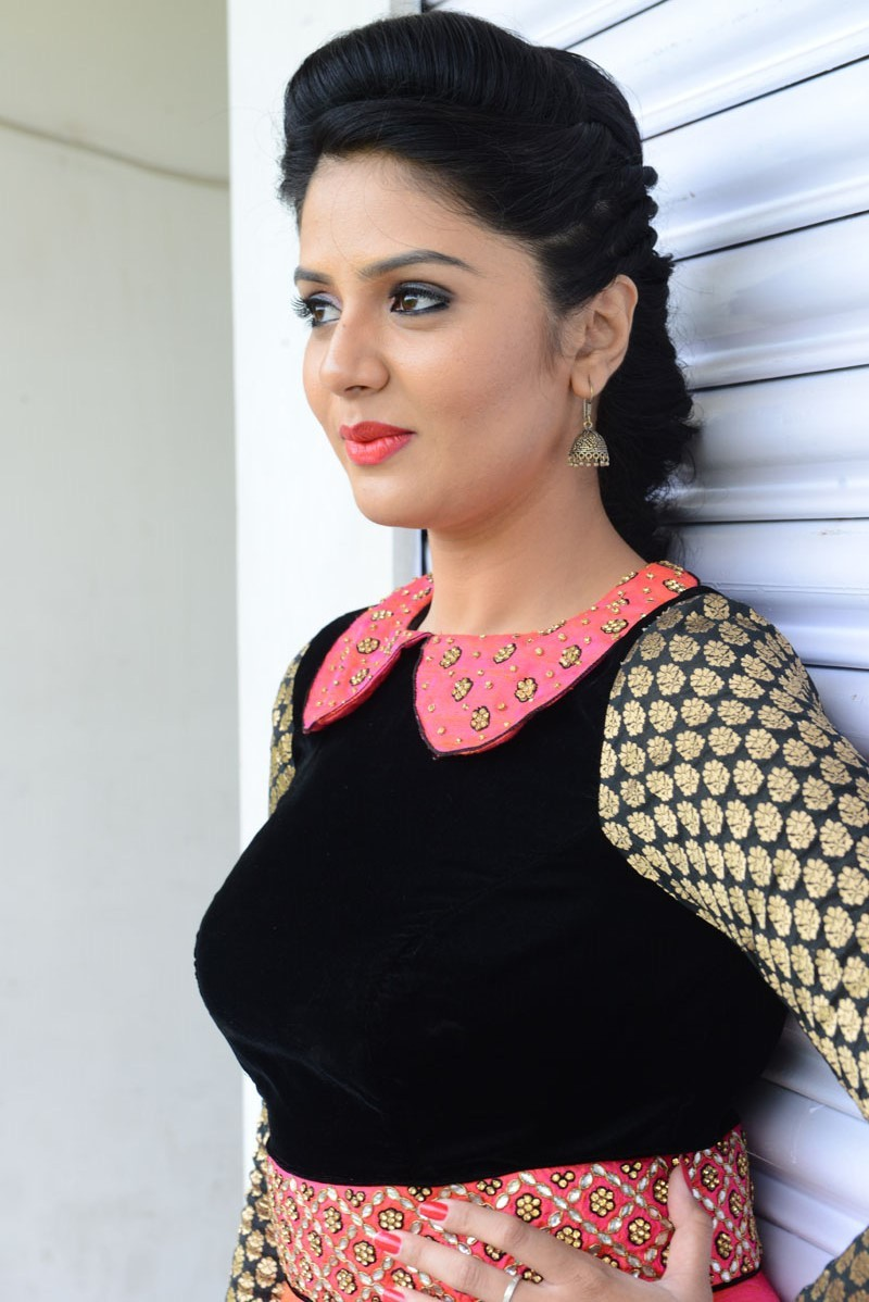 TV Anchor Sree Mukhi Latest Photos In Pink Dress