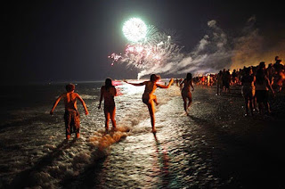 Año Nuevo saltar siete olas y pedir siete deseos justo en la medianoche