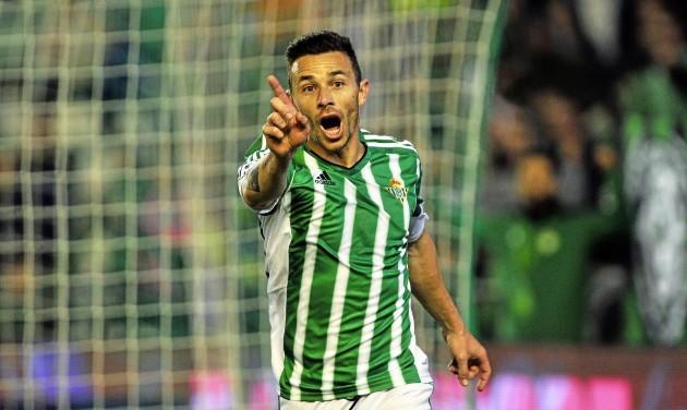 Ruben Castro niega al arbitro un gol anulado en fuera de juego
