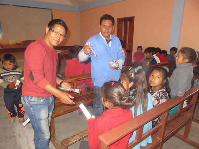 Bei dieser Gelegenheit wurden Zahnbürsten und Zahnpasten an die Kinder verschenkt