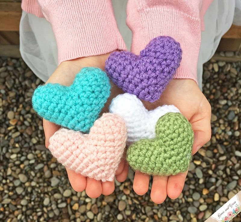 Heart keychain amigurumi free crochet pattern - Amigu World | 735x800