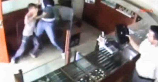 Un niño karateca impide que hombre armado asalte joyería